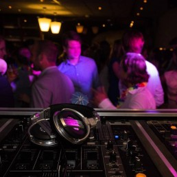 10 Tips for Hiring a Wedding DJ